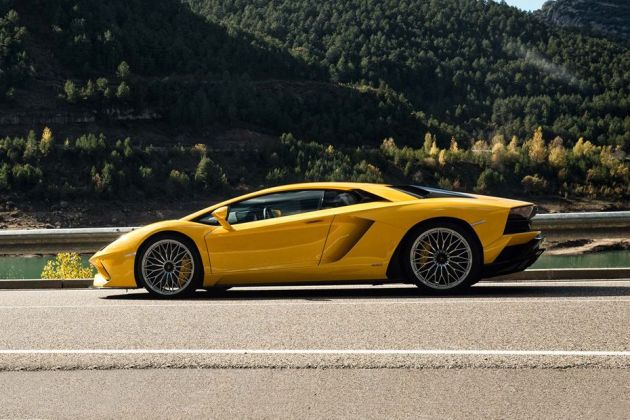 Lamborghini Aventador Side View (Left) Image